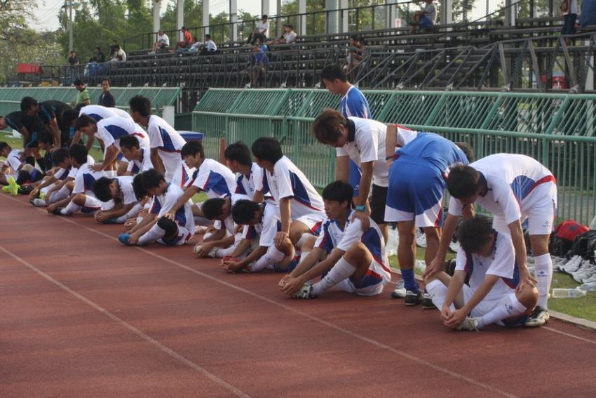 (圖四)經過1個半小時的操練,中華隊球員相互幫忙作身體的收操動作。