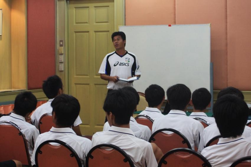 (圖五)吃完晚飯,中華隊到所住飯店的2F開會,總教練陳俊明向球員提示注意事項。