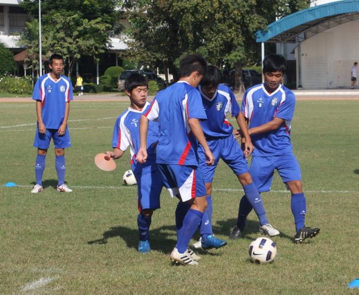 (圖一)3日下午3點,中華隊到曼谷郊區的Rajvinij Bangkaew中學練球,光是做車時間就快1小時,由於剛比賽完,訓練主要是讓球員維持球感,因此,安排球員進行小組的搶球、團隊默契等練習。