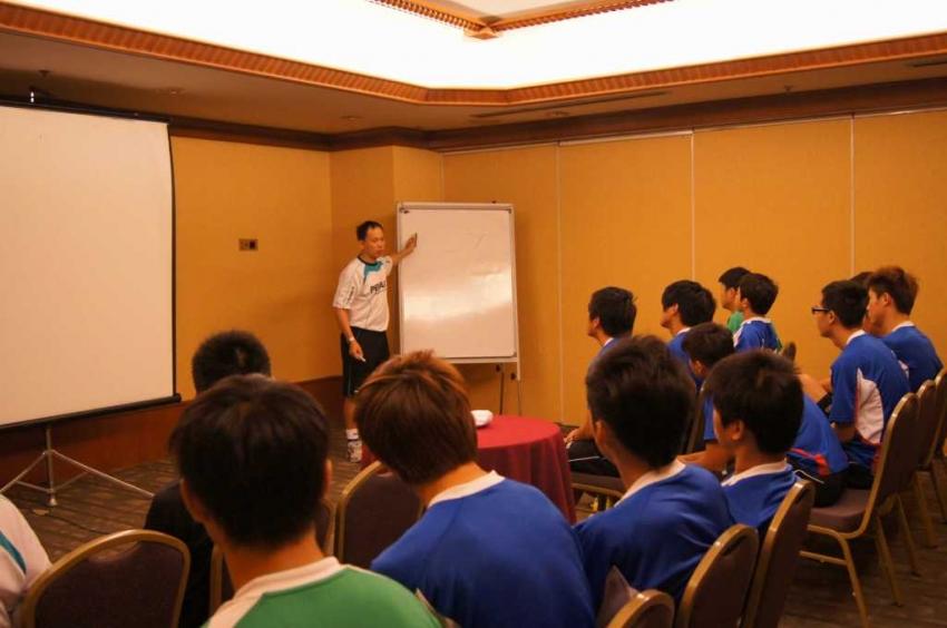 球員認真聆聽總教練蔡佳峰講解戰術