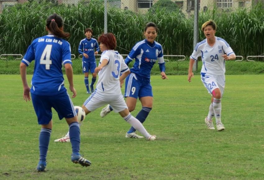 台體劉惠瑜(白3號)帶球,木蘭隊林瓊鶯(藍9號)阻攔。