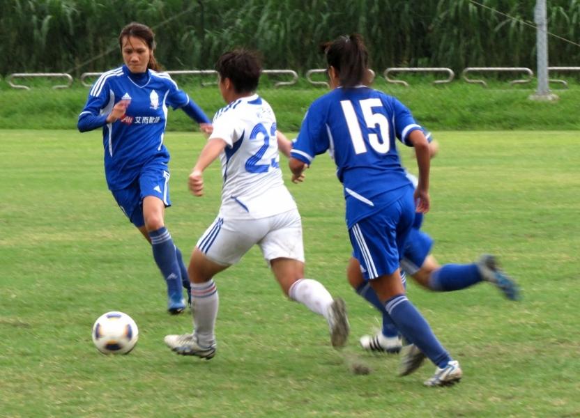 木蘭隊陳雅惠(左)攻進致勝球。