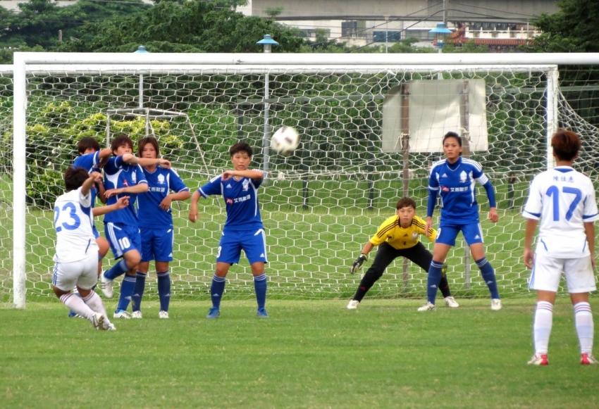 台體劉千芸(白23號)開自由球,可惜打高了。