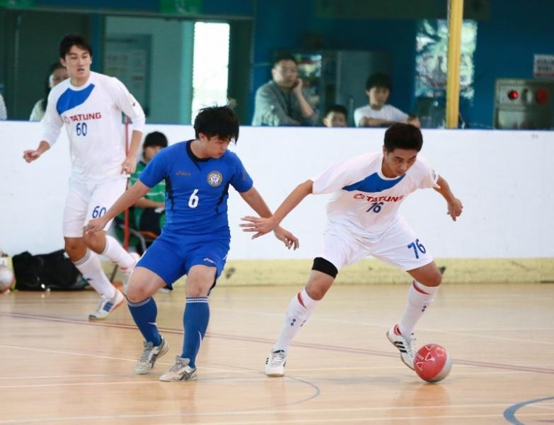 TPFC的顏建平(左)與大同的許哲豪搶球