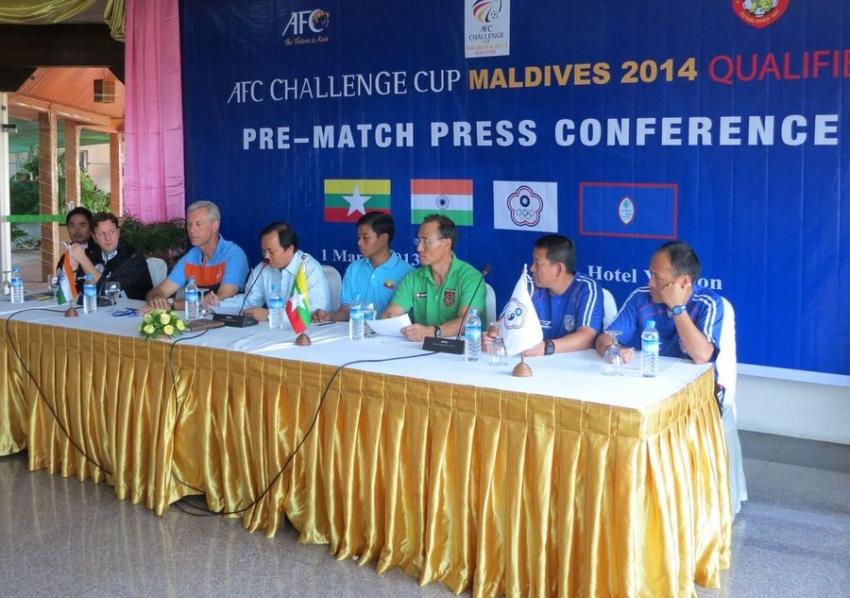中華隊總教練陳貴人(右二)、助理教練方靖仁(右一)出席賽前記者會
