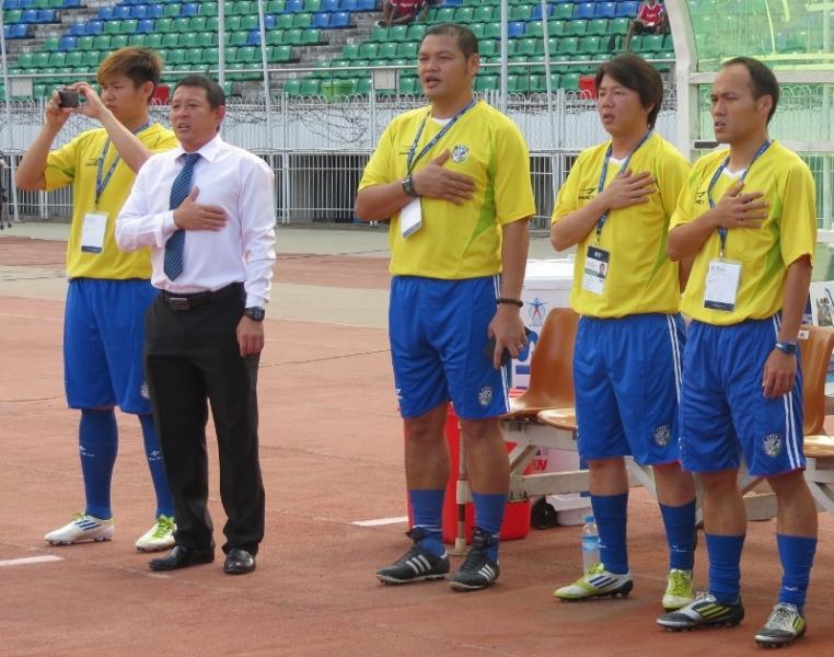中華隊總教練陳貴人(左二),感謝3名助理教練(右)的認真付出。