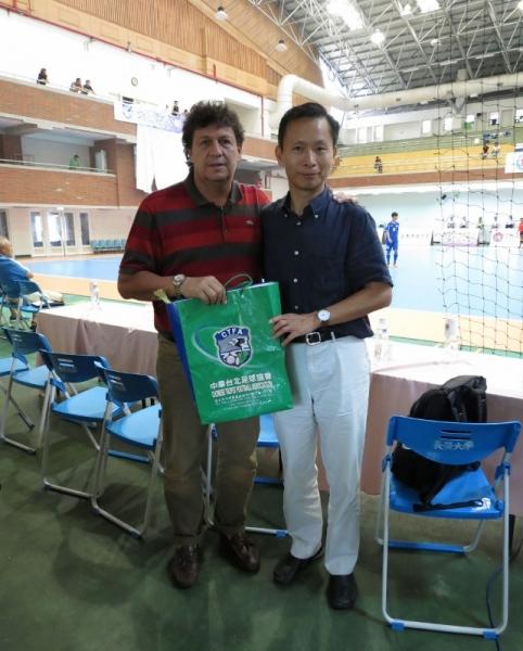 中華足協祕書長王筱薰(右)致贈禮物給薩爾瓦多體委會主席羅舔里格斯(左)。