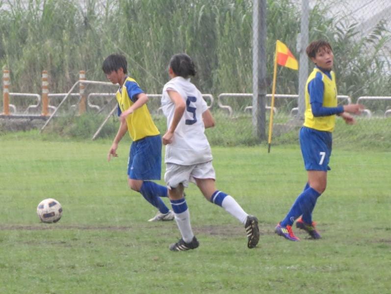 譚汶琳(右)兩次角球助攻、進1球,是師大狂勝的功臣之一