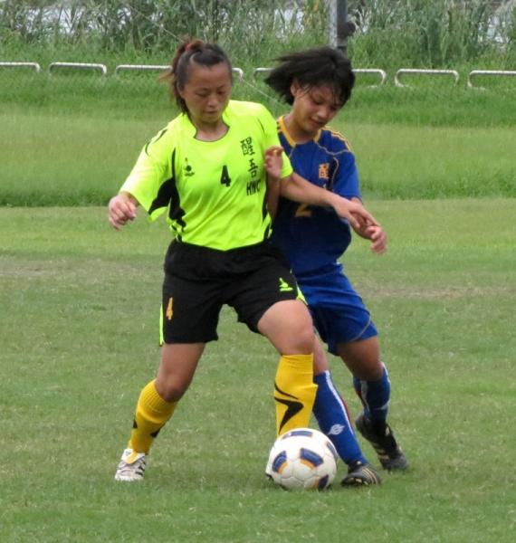 醒吾學院的傅迎琇(左)為球隊攻進第1球