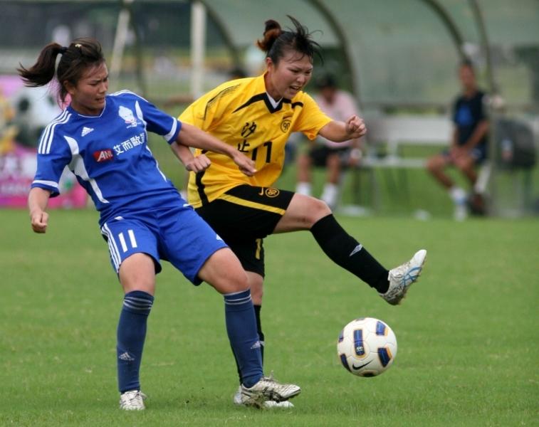 ANL木蘭全隊嚴密防守,總教練兼球員的王湘惠(藍)成功阻擋金靴獎衛冕者林玉惠的射門。