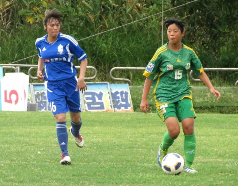 木蘭隊楊婉琳(左)攻進球隊第14球