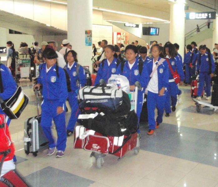 步出南京祿口機場的中華美少女稍有倦容但士氣不墜。