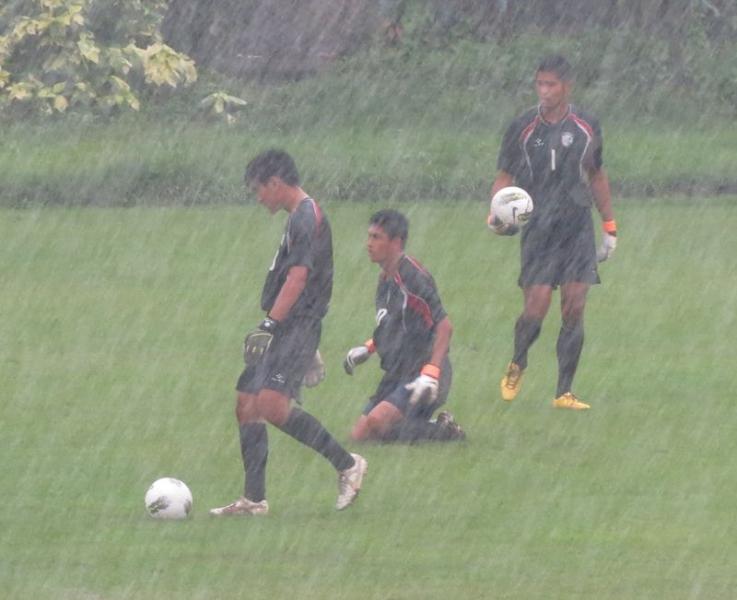 在練球期間下起大雨,3名守門員仍繼續練習