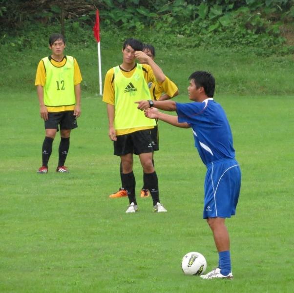 中華隊總教練陳俊明在賽前練習對球員講解部署的重點