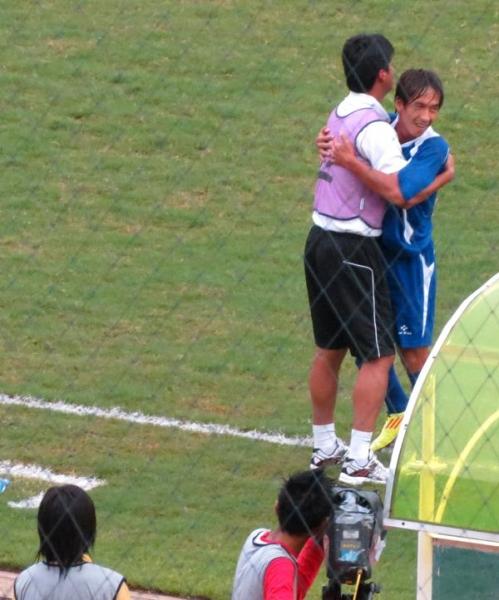 林昌倫(右)進首球後與總教練陳俊明擁抱慶賀