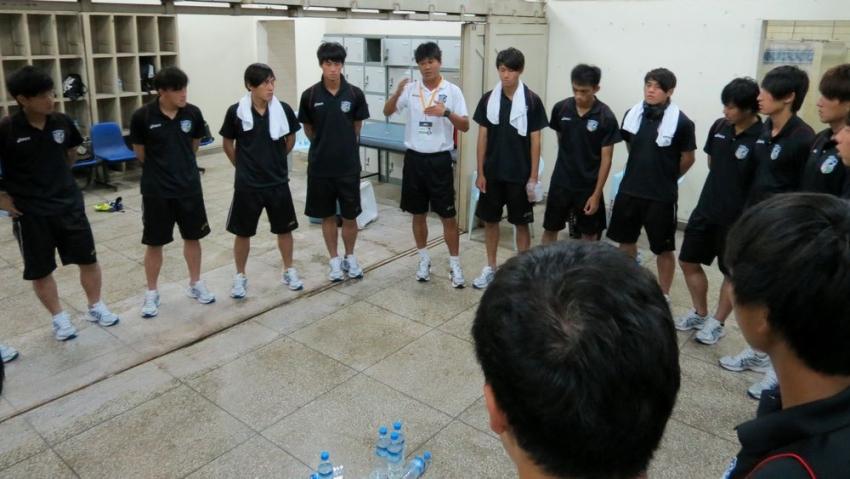 中華隊總教練陳俊明(中)感謝球員努力踢出2勝