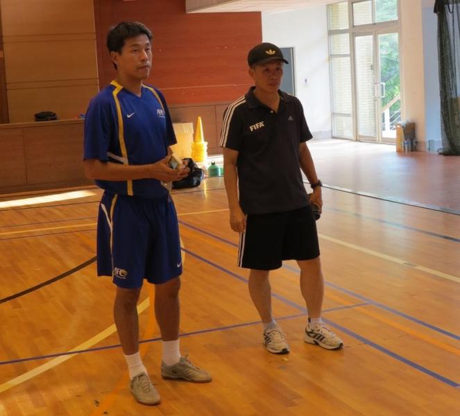 助理講師葉獻中(左)與中華足協技術總監鐘劍武在旁觀摩