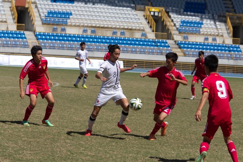中國隊(紅)以4比1擊敗香港(白)