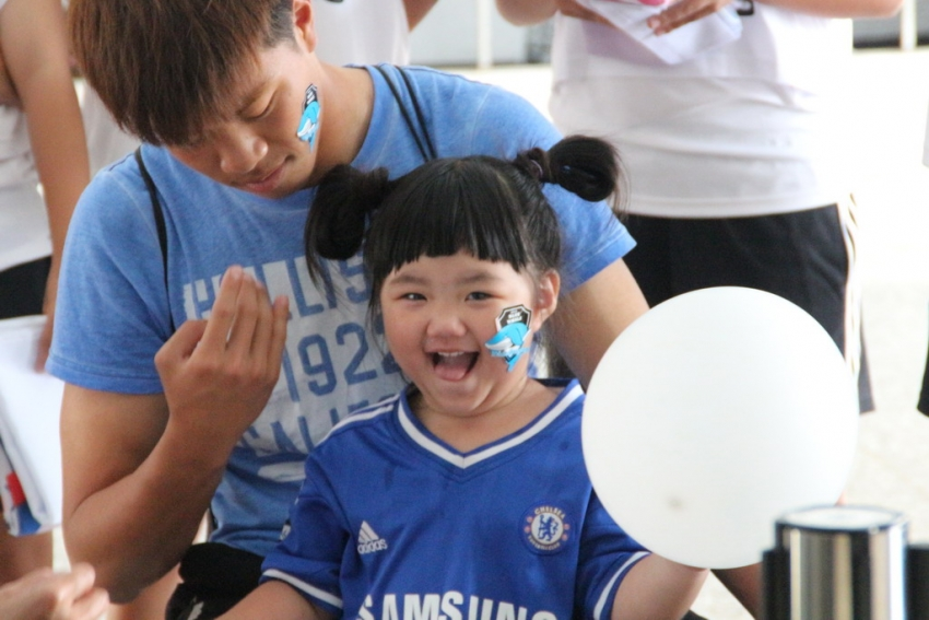 綁氣球、貼貼紙 小球迷好開心