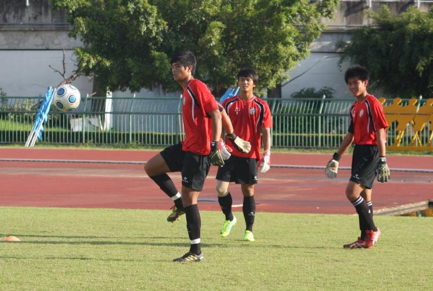 3名守門員進行熱身練習