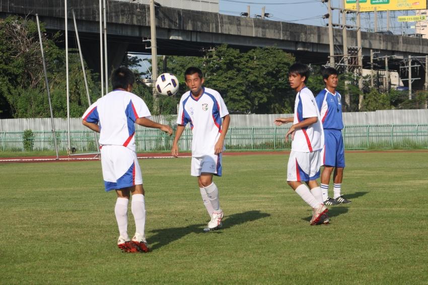 中華隊總教練陳俊明(右)督導球員進行小組訓練