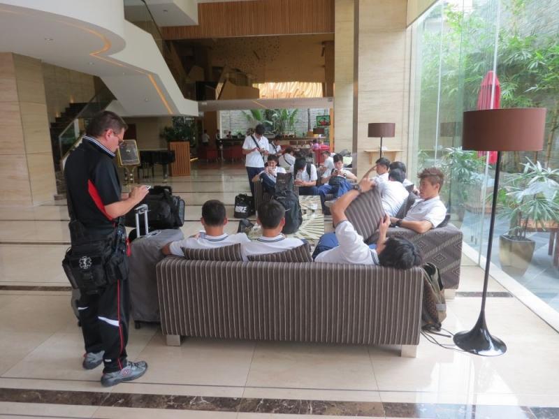 球員抵達越南胡志明市選手村Star City飯店,於大廳聯上網路報平安。