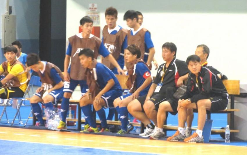 中華隊總教練張武業(右)在比賽中冷靜思考