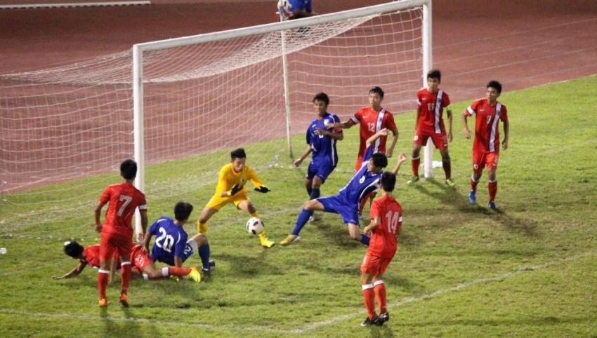 中華隊(藍球衣)角球開對邊的攻勢被香港門將沒收