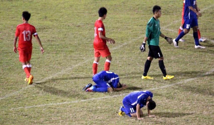 中華隊再次一球輸香港,王冠儒和杜承諭跪在地上很不甘心。