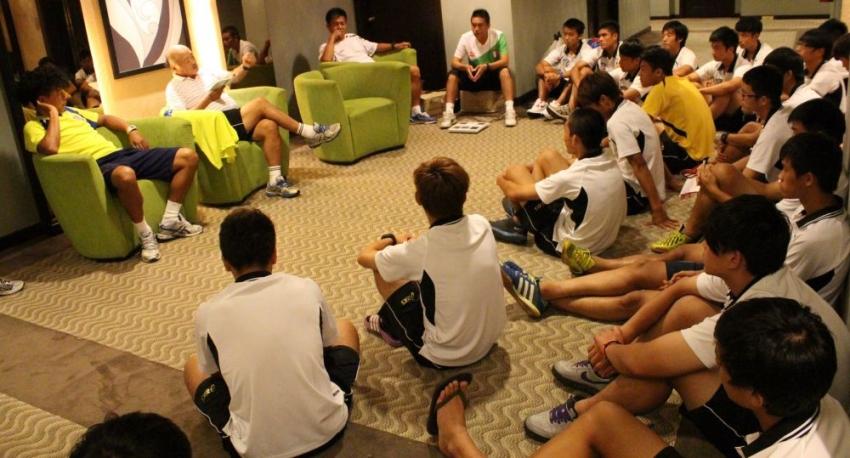 中華隊最後一晚開會,聆聽黑田總教練(左中)的總結。