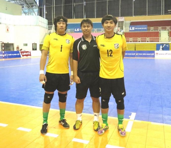 守門「三口組」是中華隊不可或缺的戰力,潘文傑(左)和施信安(右)受教於守門教練陳建志。
