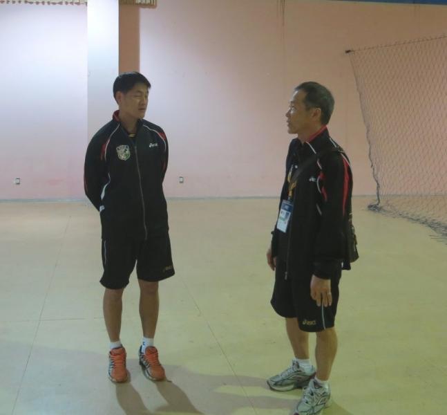 強木在(右)隨時向總教練張武業提供參考意見