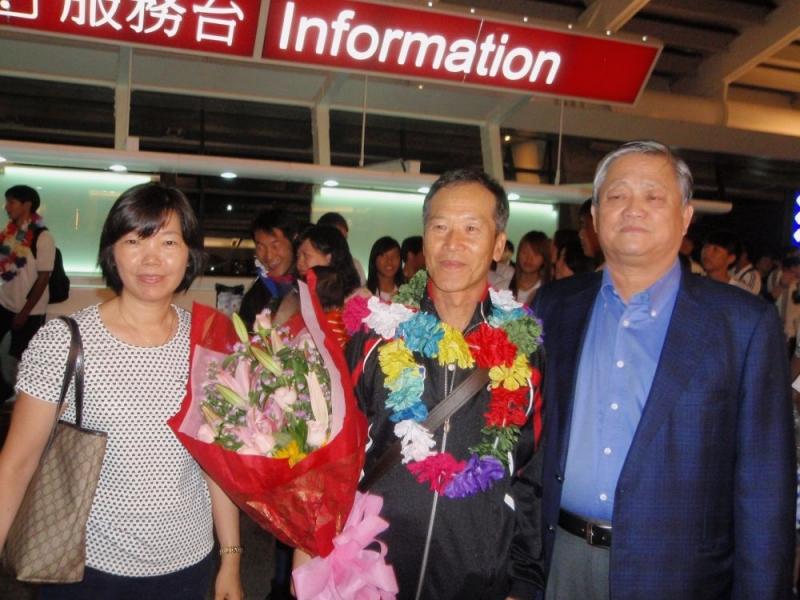 足協副理事長劉福財(右 )歡迎資深教練強木在( 中)