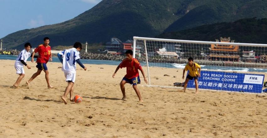 宜蘭縣的復興(紅衣)與順安國中球員認沙足很好玩
