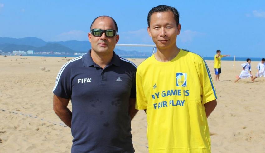 講師Marcelo Mendes(左)和中華足協祕書長王筱薰認台灣有潛力發展沙灘足球