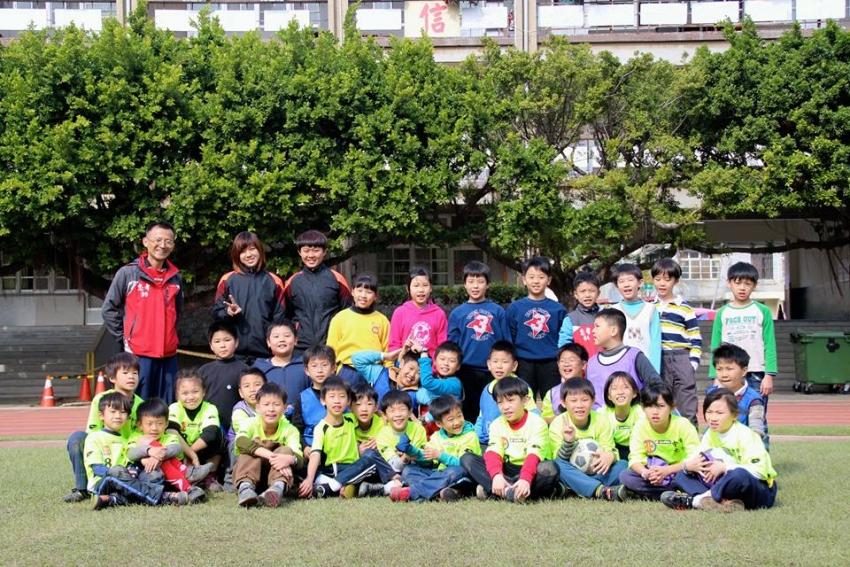 台中市忠孝國小教練曾建程(後排左一)已參與七屆木蘭營,從未缺席。