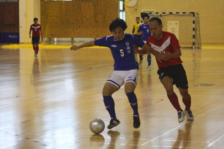 台南市陳松楠(圖左),開賽5分鐘即進球,為球隊立戰功。